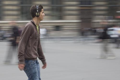 Escuchando música por la calle